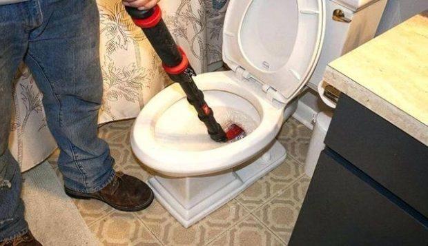 Comment déboucher des toilettes avec un cintre ?